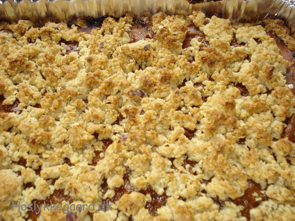 Den færdig bagte smuldrekage m/abrikos