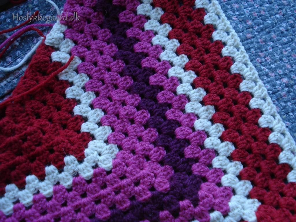 Sjal i rød/lilla/offwhite farver
