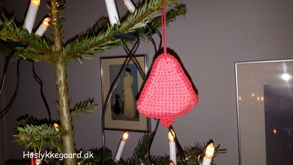 hæklet juletræ - her i røde farver