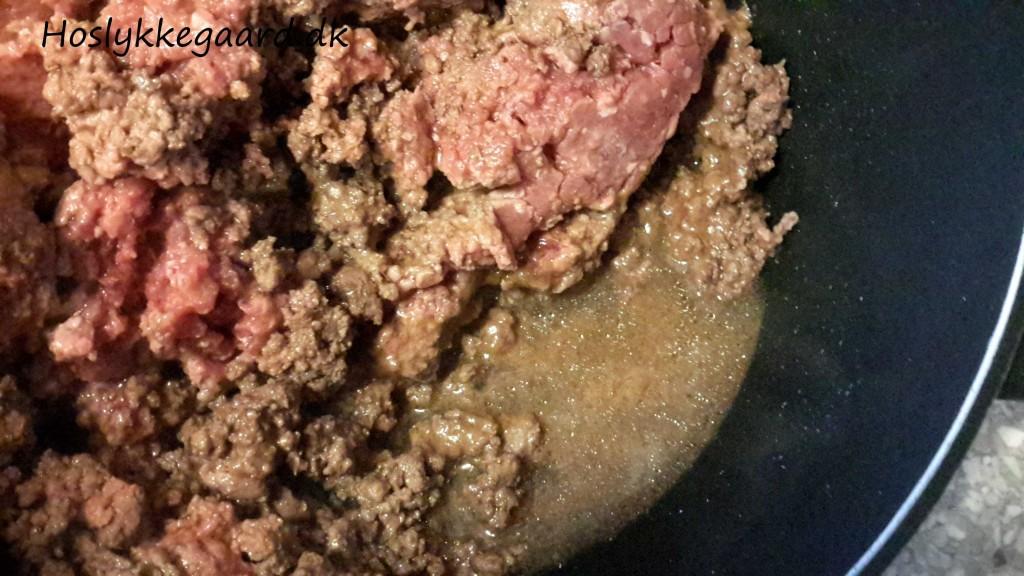 Oksekød under tilberedning - bemærk væsken i bunden af gryden